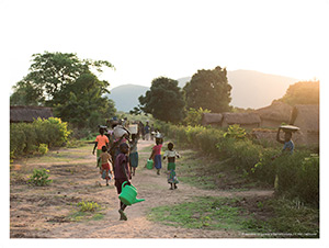 Les habitants de Kaluala retournent dans leur village après avoir reçu du matériel agricole et des semences.