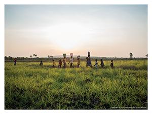 Monsensa – Les femmes et les enfants de Monsensa rentrent au village après avoir puisé de l'eau à la rivière Kasibouji
