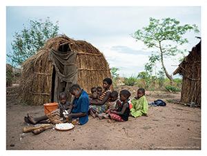 Mpyana – Une femme prépare les tubercules de manioc pour le repas du soir.